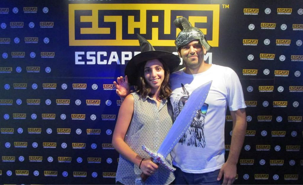 escape room couple photo